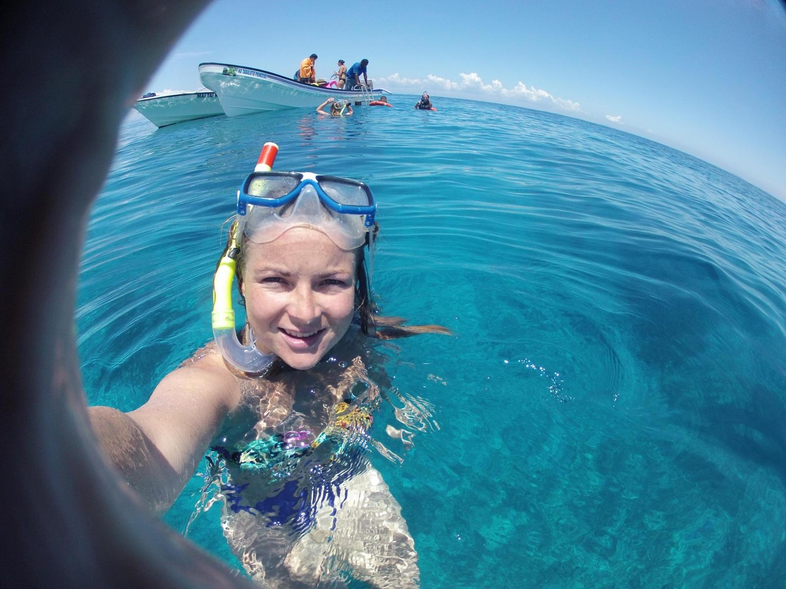 Voluntaria buceando en Fiyi.
